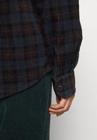 Carhartt WIP - FLINT SHIRT - Overhemd - Tobacco - 6