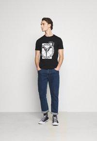 Carlo Colucci - BIG LOGO - Print T-shirt - black - 1