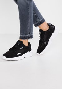 adidas Originals - FALCON - Sneakers laag - core black/footwear white - 0