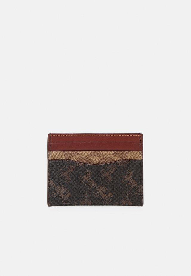 SIGNATURE CARRIAGE FLAT CARD CASE - Portfel - tan truffle