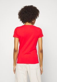 Guess - T-shirts med print - necessary red - 2