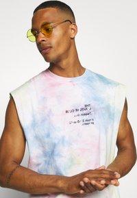 The Couture Club - TIE DYE SIGNATURE SEASON CUT OFF - Toppi - multi-coloured - 4