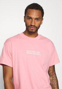 Night Addict - KISS - Print T-shirt - pink - 3