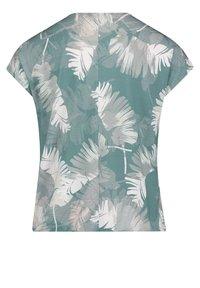 Betty & Co - Print T-shirt - green/white - 4