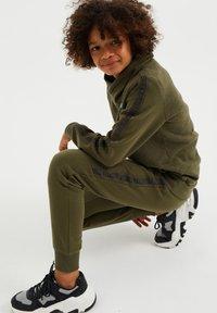 WE Fashion - Jogginghose - army green - 2