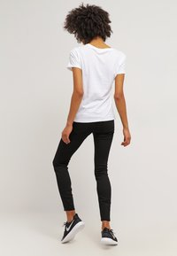 Levi's® - THE PERFECT - T-shirts med print - white - 2