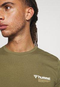 Hummel - HMLKIRBY - T-shirt med print - burnt olive - 5