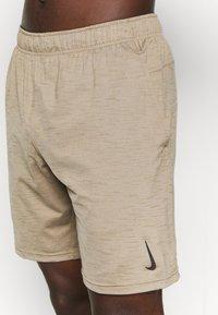 Nike Performance - YOGA - Korte broeken - khaki/brown kelp - 5