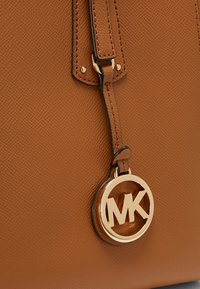MICHAEL Michael Kors - VOYAGER  - Torba na zakupy - acorn - 5