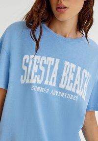 PULL&BEAR - T-shirt med print - blue - 4