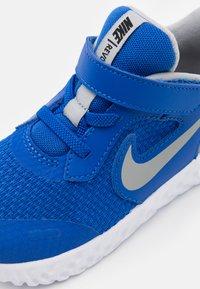 Nike Performance - REVOLUTION 5 UNISEX - Obuwie do biegania treningowe - game royal/light smoke grey/white - 5