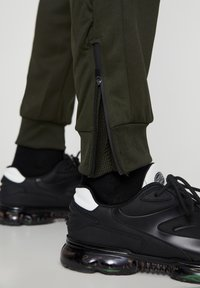 PULL&BEAR - Pantaloni sportivi - khaki - 5