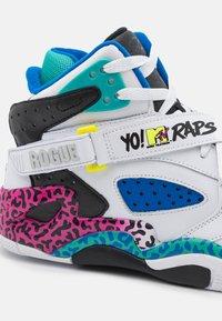 Ewing - ROGUE X YO! MTV RAPS - Höga sneakers - white - 5