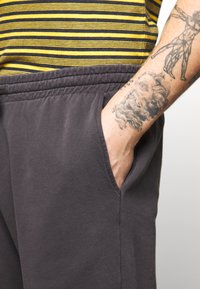 Topman - Teplákové kalhoty - black - 4