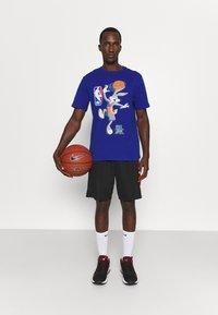 Outerstuff - NBA SPACE JAM 2 THE HOOK TEE - Print T-shirt - blue - 1