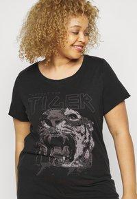 ONLY Carmakoma - CARERVINS LIFE LONG TEE - Print T-shirt - black/acid washed - 4