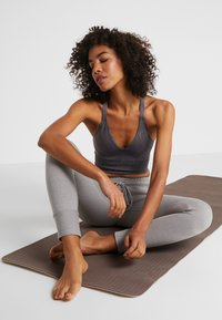 Free People - FP MOVEMENT GOOD KARMA CROP - Light support sports bra - graphite - 1
