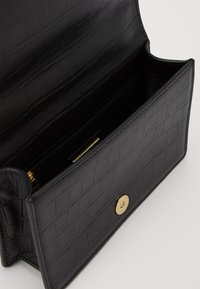 Versace Jeans Couture - CROSS BODY FLAP CHAINSALOPETTE - Across body bag - nero - 2