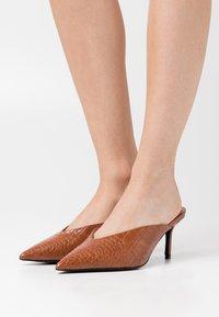 NA-KD - POINTY VCUT MULES - Pantofle na podpatku - cognac - 0