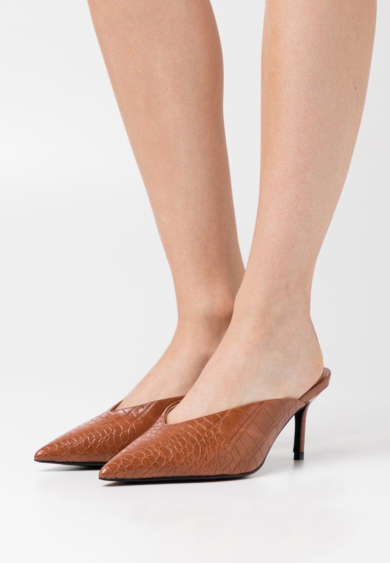 NA-KD - POINTY VCUT MULES - Pantofle na podpatku - cognac