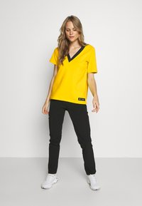 Peak Performance - TECH TEE - Printtipaita - stowaway yellow