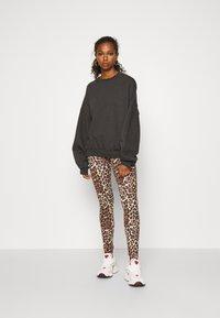 ONLY - ONLBELLA LIVE LOVE LEGGINGS  - Leggings - Trousers - black leo - 1