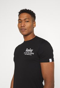 Replay - T-shirt con stampa - black - 6