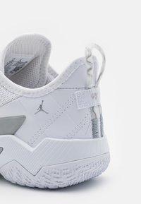 Jordan - ONE TAKE II UNISEX - Basketbalové boty - white/wolf grey/metallic silver - 5