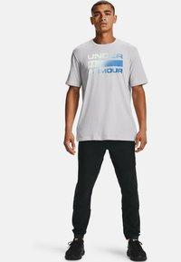 Under Armour - UA TEAM ISSUE WORDMARK  - Print T-shirt - halo gray - 1