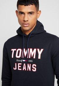 Tommy Jeans - ESSENTIAL LOGO HOODIE - Mikina skapucí - black - 3