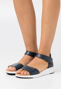 Caprice - Sandaletter med kilklack - ocean - 0