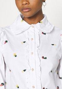 Sister Jane - POSY EMBROIDERED RUFFLE BLOUSE - Skjorte - white - 5