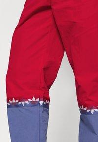 adidas Originals - SLICE TREFOIL ADICOLOR PRIMEGREEN ORIGINALS SLIM TRACK - Pantalones deportivos - scarlet/crew blue - 3