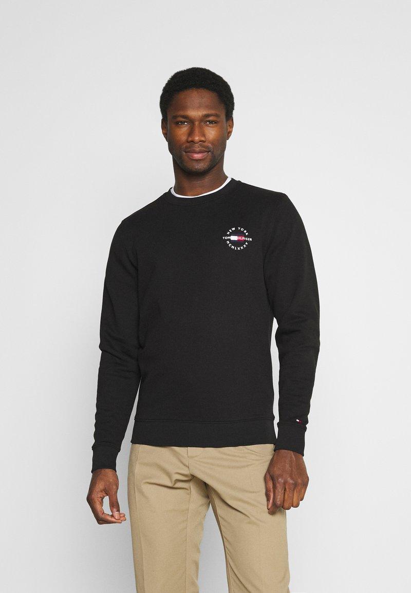 Tommy Hilfiger - CIRCLE CHEST CORP CREWNECK - Sweatshirt - black