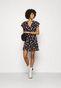 Guess - AYAR DRESS - Denní šaty - black/multi coloured - 1