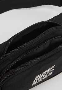 Superdry - SMALL BUMBAG - Ledvinka - black - 5