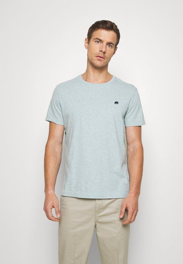 LOGO TEE - T-shirt z nadrukiem - soft sage