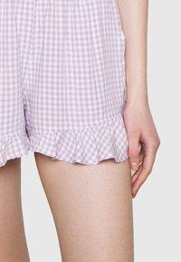 Hollister Co. - CHAIN RUFFLE HEM - Shorts - lavender gingham - 4