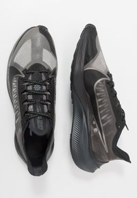 Nike Performance - NIKE ZOOM GRAVITY - Obuwie do biegania treningowe - black/anthracite/metallic pewter/cool grey - 1