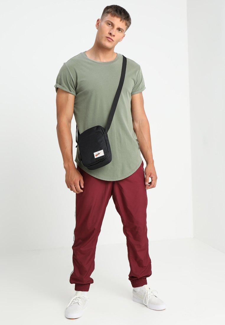 Nike Sportswear HERITAGE SMIT LABEL Skulderveske black