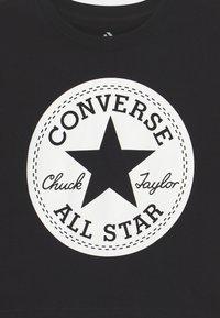 Converse - SIGNATURE CHUCK PATCH BOXY  - Triko spotiskem - black - 2