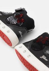 Geox - DISNEY MINNIE MOUSE SKYLIN GIRL GEOX - Vysoké tenisky - black/red - 5