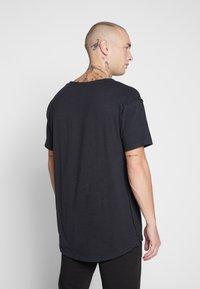 Jack & Jones - JORBODEN TEE CREW NECK - T-shirt med print - tap shoe - 2
