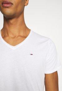 Tommy Jeans - SLIM JASPE V NECK - Jednoduché triko - white - 5