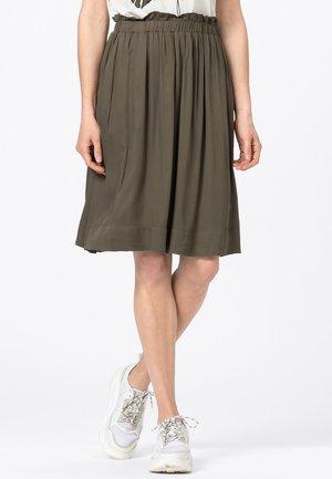 MIT GUMMIZUG - Pleated skirt - fango
