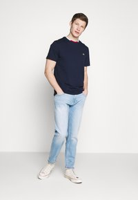 Lacoste - T-shirt basique - navy blue/flour bordeaux - 1