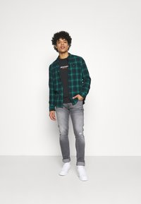 Wrangler - LARSTON - Jeans slim fit - dusty black - 1