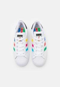 adidas Originals - SUPERSTAR SPORTS INSPIRED SHOES UNISEX - Zapatillas - footwear white/green/core black - 3