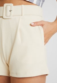 Nly by Nelly - TAILORED BELT SHORTS - Szorty - creme - 3