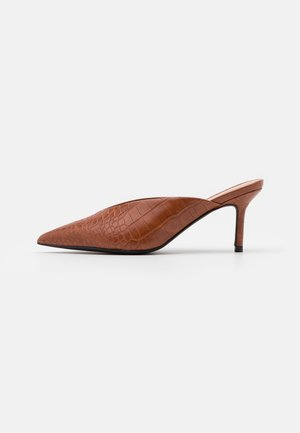 POINTY VCUT MULES - Heeled mules - cognac